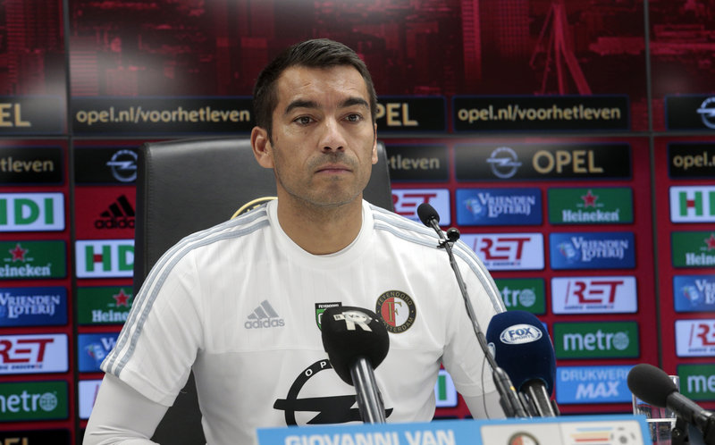 Van Bronckhorst eist volledige focus van fit Feyenoord